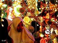 Two Muslim women on a Singapur bazaar during Ramadan (photo: AP)
