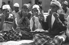 Students at prayer in an Indonesian madrasah (photo: Markus Kirchgessner)