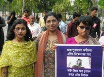 Monira Rahman with two victims of acid attacks in Bangladesh; photo: DW