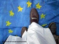 A pair of feet walking over the flag of the EU (photo: dpa)