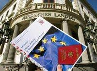 A copy of the citizenship test; the Hesse Parliament in the backgound (photo: dpa)