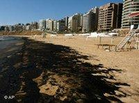 A layer of crude oil covers the beach of beirut (photo: AP)
