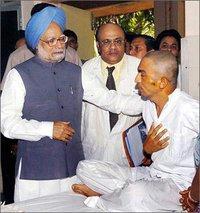 Prime Minister Manmohan Singh comforts a Mumbai train bombing victim (photo: Yale Global)