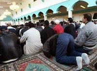 Praying Muslims in a mosque in Berlin (photo dpa)