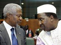 U.N. Secretary-General Kofi Annan talks with African Union President Alpha Oumar Konare (photo: AP)