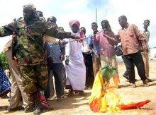 Supporters of the Union of Islamic Courts burn an Ethiopian flag (photo: dpa)