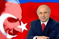Yasar Nuri Öztürk with Kemal Atatürk in the background (photo: www.hyp.org.tr)