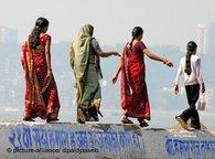Four Indian women in traditional garb in Mumbai (photo: dpa)