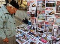 An Iraqi at a newsstand in Baghdad (photo: AP)