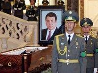 Honor guards stand by the coffin of late Turkmenistan's President Saparmurat Niyazov during his funeral in Ashgabat, 24 December 2006 (photo: AP)