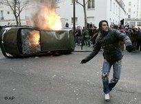 Protester clashs with riot police in Paris (photo: AP)