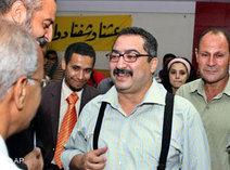 Egyptian journalists surround the editor of daily al-Dustour, Ibrahim Eissa (photo: AP)