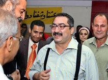 Egyptian journalists surround the editor of daily al-Dustour, Ibrahim Eissa (photo: AP)