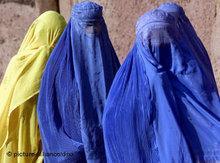 Women in the Shamshatoo refugee camp near Peshawar (photo: dpa)