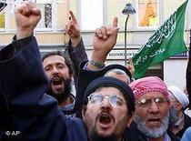 Fundamentalist adherents of Islamic leader Muhammed Metin Kaplan in Germany (photo: AP)
