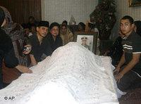 Suhartos family gathers around his corpse (photo: AP)