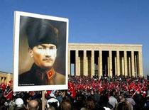 Turkish secular groups gather at Ataturk's mausoleum for an anti islamist demonstration in Ankara (photo: dpa)