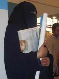Veiled woman at the Cairo Book Fair (photo: dpa)