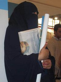 Veiled woman at the Cairo Book Fair (photo: dpa)