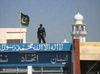 A policeman secures a school building that is being used as a polling station in Islamabad (photo: dpa)