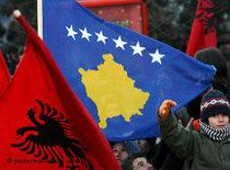 Kosovans celebrate Independence Day, waving the Albanian and the new Kosovo flag (photo: dpa)