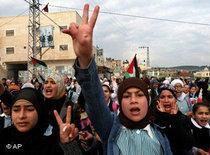 Palestinian schoolgirls demonstrate against the Israeli attacks in Gaza Strip (photo: AP)