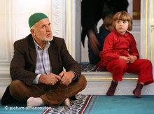 A man and a child in a mosque in Germany (photo: dpa)