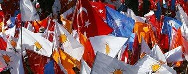 Crowds waving Turkish flags and the flags of the AKP (photo:AP)