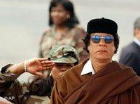 Libyan leader Gadhafi in front of a saluting soldier (Photo: AP)