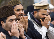 Praying members of the Ahmadiyya community in Pankow-Heinersdorf, Berlin (photo: dpa)