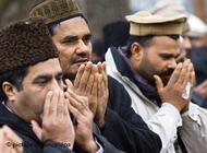 Praying members of the Ahmadiyya community in Pankow-Heinersdorf, Berlin (photo: dpa)