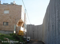 The Wall right next to a family home in Bethlehem (photo: DW)