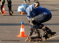 Turkish girl on rollerblades (photo: dpa)