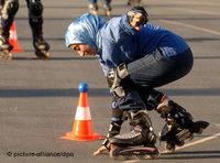 Turkish girl on rollerblades (photo: dpa)