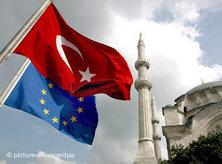 Turkish and EU flag in front of an Istanbul mosque (photo: AP)