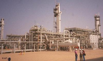 Natural gas refinery in Algeria (photo: AP)