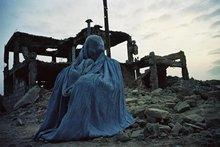 Burkahed person in front of ruins (photo: Bucher Verlag)