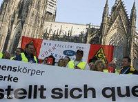Protestors in front of Cologne's cathedral (photo: AP)