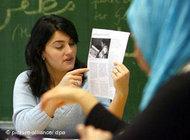 Teacher Lamya Kaddor during an Islam class at 'Glückauf' junior high school in Dinslaken 2006 (photo: dpa)