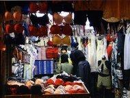 Veiled women buy lingerie (photo: Reine Mahfouz)