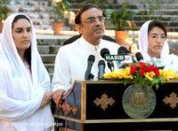 Asif Ali Zardari with his daughters Bakhtawar Zardari, left, and Asifa Zardari at a celebration dinner in Islamabad, September 2008 (photo: picture-alliance/dpa)