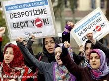 Demonstrators protest against the ban of the AKP (photo: dpa)