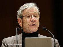 Amos Oz giving his acceptance speech for the Heinrich Heine Prize (photo: dpa)