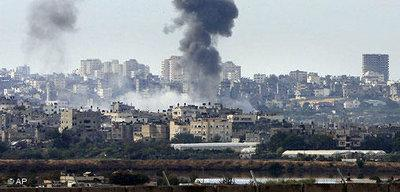 An explosion is seen following an Israeli missile strike in the northern Gaza Strip, Saturday, 27 December 2008 (photo: AP)