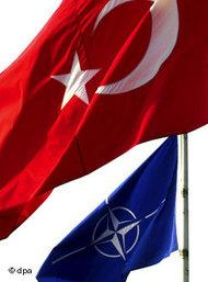 Turkish and NATO flags (photo: dpa)
