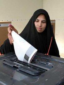 Iraqi woman at the ballot box 15 October 2005 (photo: AP)