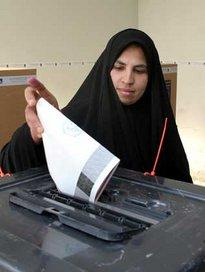 Iraqi woman at the ballot box 15 October 2005 (photo: AP)