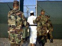 Prisoners and security personnel in Guantánamo (photo: dpa)
