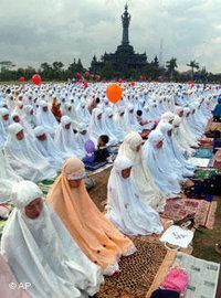 Muslims breaking the fast during Ramadan in Denpasar (photo: AP)