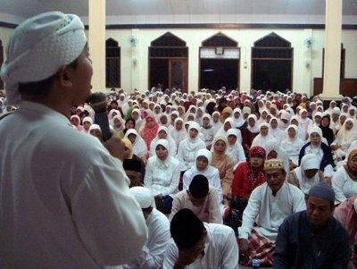 Kyai Maman addresses a local congregation (photo: Al-Mizan Pesantren)